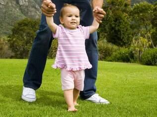 Os pais devem ter paciência com os primeiros passos do bebê e evitar o andador