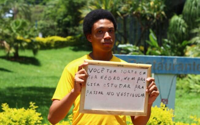 Em projeto fotográfico, aluna da UnB retrata universitários negros com frases preconceituosas que já ouviram. Foto: Reprodução/ahbrancodaumtempo.tumblr.com