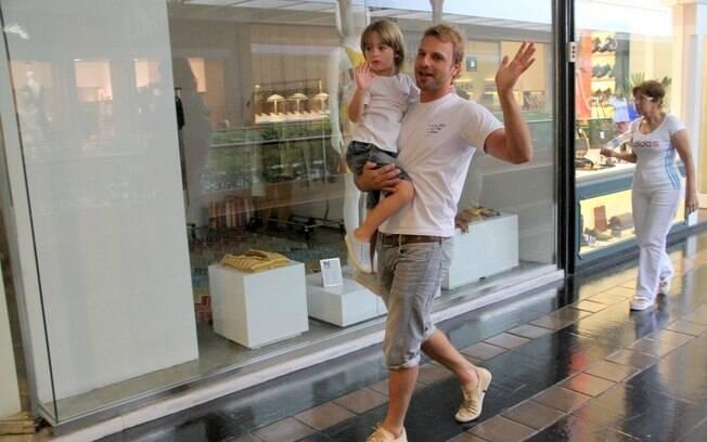 Cássio Reis levou o filho Noah ao teatro nesse domingo (08), no Rio
