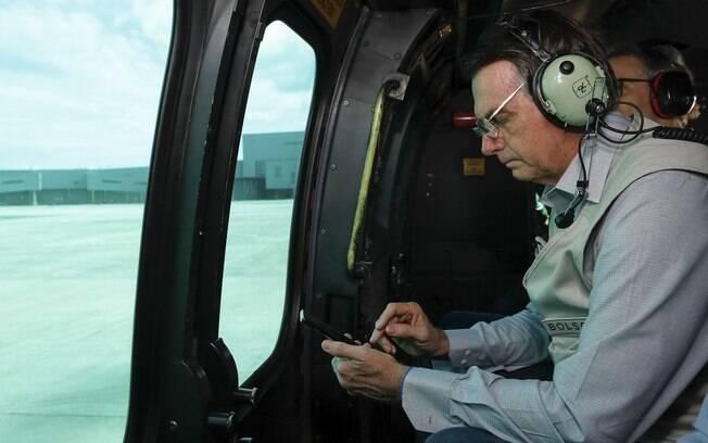 O presidente Jair Bolsonaro fez um sobrevoo de helicóptero pela região atingida pelo rompimento da barragem em Brumadinho na manhã do sábado (26)