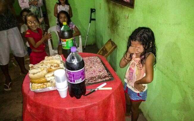 Emoção da aniversariante ao ver o bolo e a festa que prepararam para ela contagiou milhares de pessoas pelo Brasil