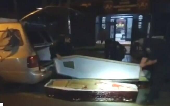 A investigação teve início em junho, quando uma pessoa foi presa com 287 kg de maconha sendo levados dentro caixões, em Jataí.
