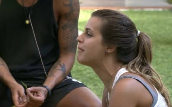 Angela pergunta para mãe de Cássio sobre banho de Marcelo com Vanessa