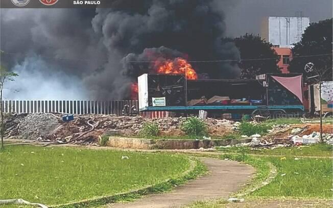 Bombeiro informaram que há dificuldade para combater o incêndio