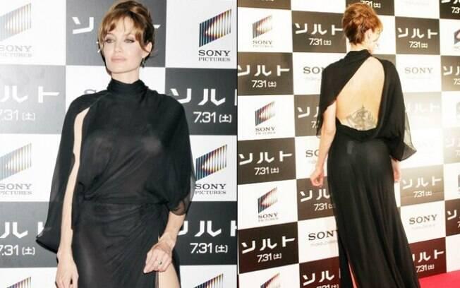 O Flash não perdoou o modelo preto de Angelina Jolie