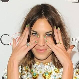 Apresentadora de TV inglesa, Alexa Chung aposta na tendência do ombré com glitter