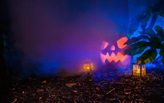 Abóbora de Halloween no escuro cercada por névoa