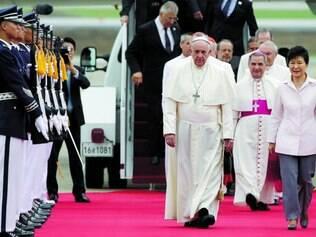 Viagem. Na primeira viagem de um papa à Ásia desde 1999, Francisco chegou ontem a Coreia do Sul e foi recebido pela presidente