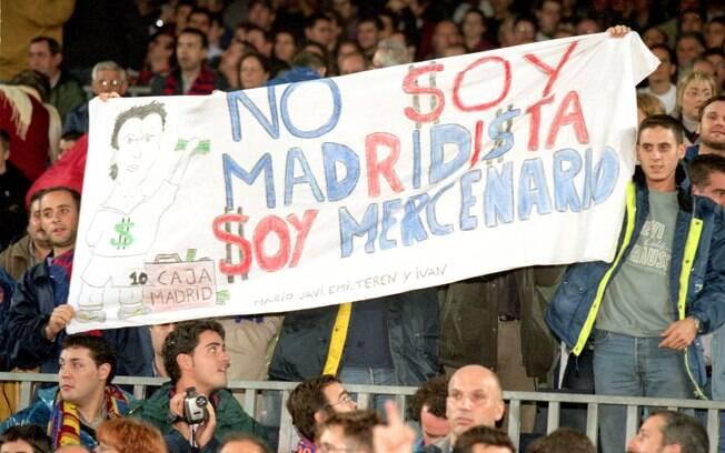 Torcedores do Barcelona levaram diversas  faixas para xingar Figo de mercenário, traidor e  uma série de outros insultos