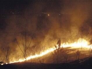 Militares do Corpo de Bombeiros passaram o dia tentando controlar o fogo