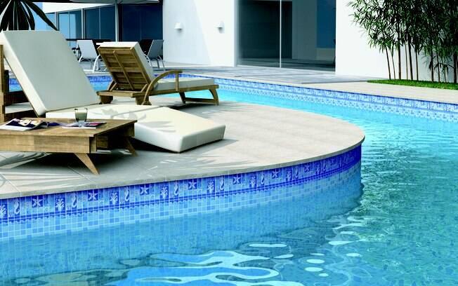 A peça de cerâmica da Incepa (33 cm x 16,5 cm) permite que mosaicos sejam criados na parte interna da piscina. Vendido por R$ 34,73 (a peça) na Telhanorte. Foto: Divulgação