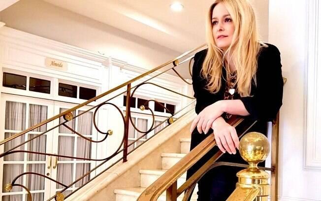 Luciana Vendramini faz pose no saguão do Hotel Serra da Estrela