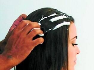 Passe a musse no cabelo seco ou molhado. Pode, inclusive, aplicar na raiz para criar textura e aumentar o volume.