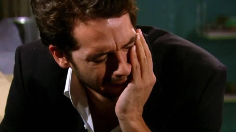 Renato cai no choro ao descobrir que foi abandonado em