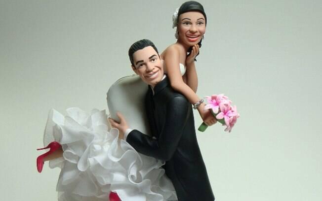 Para os noivos mais descontraídos, um topo de bolo brincalhão. Do Ateliê Artes Rosana