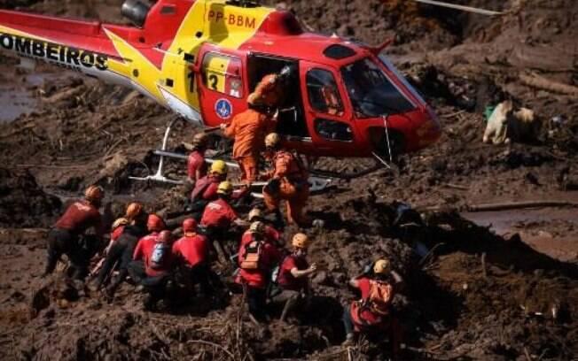 Bombeiros trabalhando nas buscas após tragédia em Brumadinho