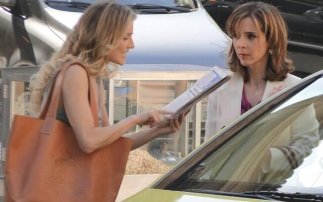 Natalie vê Eunice nas manchetes de jornais e provoca a perua