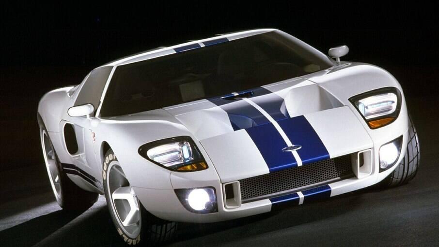 A cor branca com listras azuis é lembrada até hoje nos modelos mais novos do GT40
