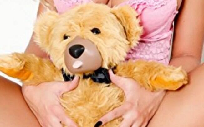Vibrador em formato de ursinho pelúcia estimula o clítoris ao mesmo tempo que penetra a vagina