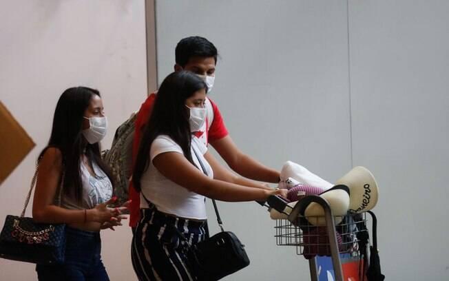 pessoas com máscaras no aeroporto