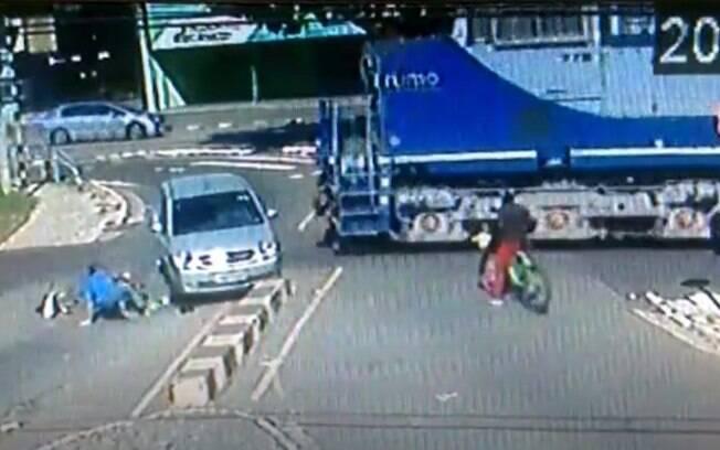 Acidente em Sumaré envolveu trem, carro e bicicleta.