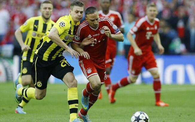 Franck Ribery sofre falta durante a final da  Liga dos Campeões