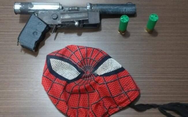 Máscara do homem-aranha e arma de fabricação caseira foi encontrada com suspeito
