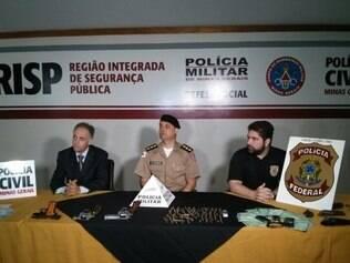 Foram apreendidos seis armas, um rádio comunicador, 103 balas, celulares, documentos de veículos e pequena porção de drogas