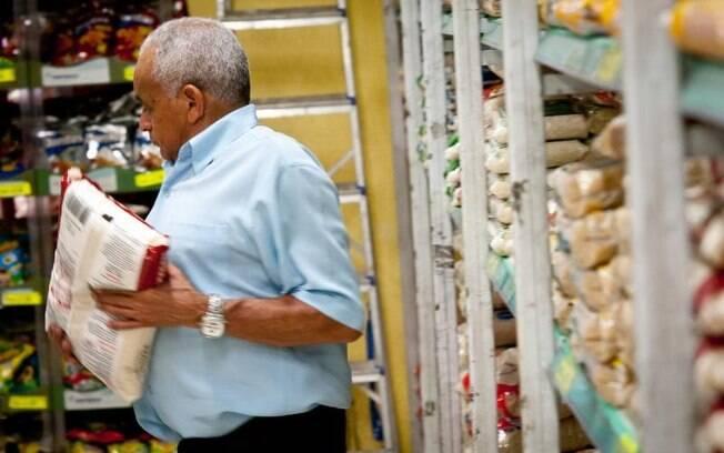 Segundo levantamento, salário mínimo deveria equivaler a R$ 3.856,23 se acompanhasse o preço da cesta básica