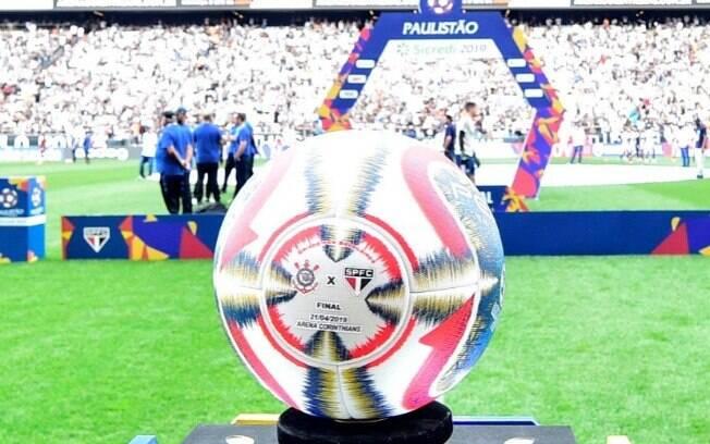 A bola da final do Paulistão 2019 está autografada por jogadores do Corinthians e ajudará crianças vítimas dos ciclones na África