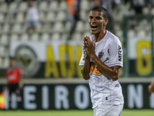 Leonardo Silva espera que a diretoria contrate reforços para o setor defensivo
