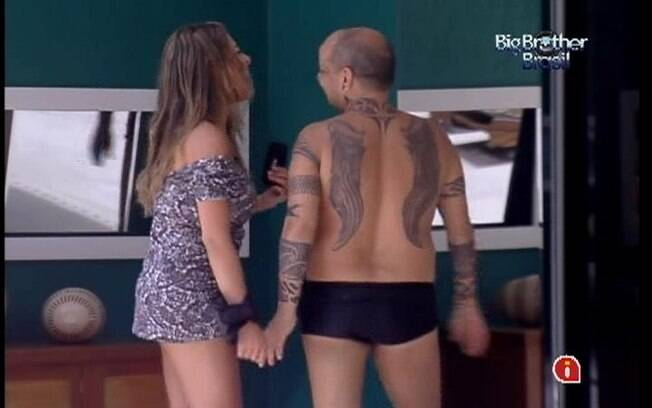 De vestidinho, Monique ganha elogios de João Carvalho