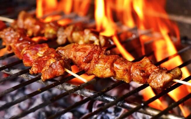 Os espetinhos de carne também são maneiras válidas e eficazes de o churrasco não pesar no orçamento
