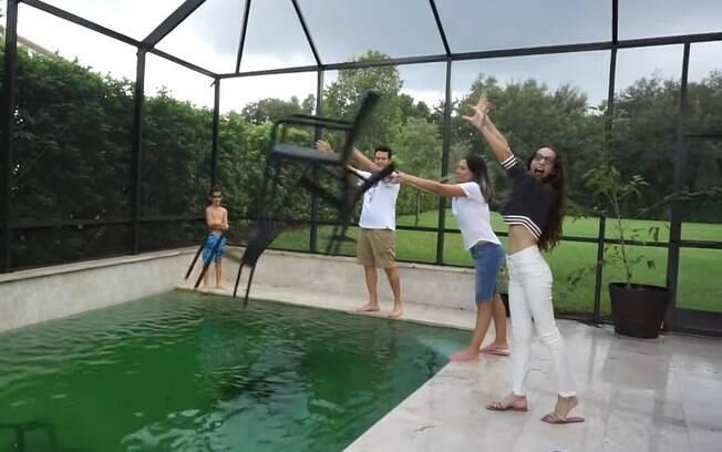 Jogar as cadeiras da área externa na piscina é uma forma de evitar que elas voem e causem acidentes
