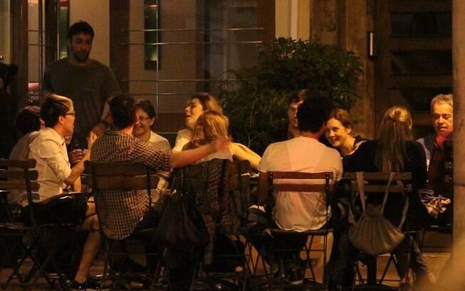 Adriana Esteves, Vladimir Brichta, Maria Gadu e Nathalia Dill curtem noite em bar