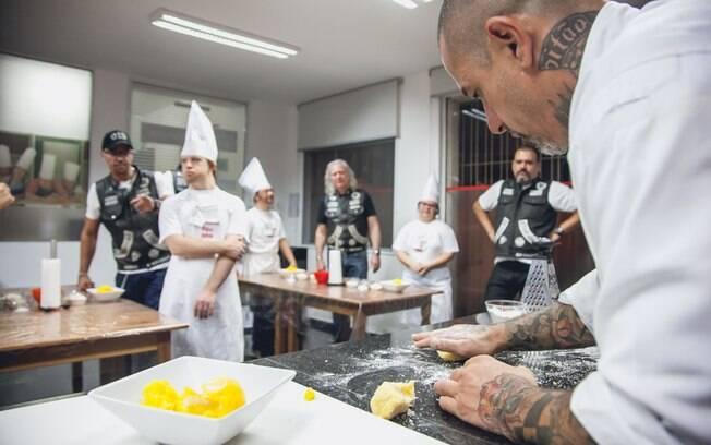 Henrique Fogaça demonstra como se prepara um nhoque de mandioquinha. Foto: Edu Cesar
