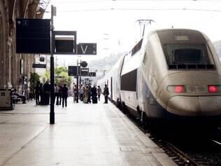 Estação. Trem sai de Paris com destino à Riviera Francesa, com chegada em uma estância de verão
