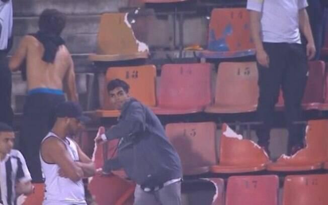 Torcedores do Santos quebraram mais de 60 cadeiras durante confronto com o Batalhão de Choque