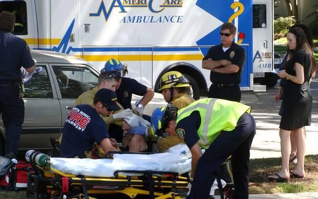 Reese Witherspoon sendo socorrida logo após o atropelamento