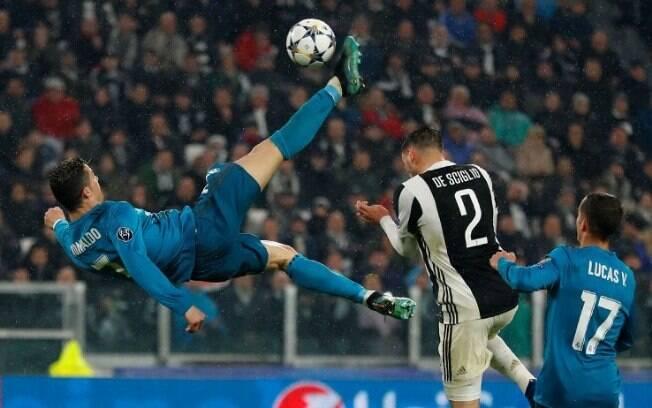 Cristiano Ronaldo dando uma bicicleta que resultou no segundo gol do Real Madrid