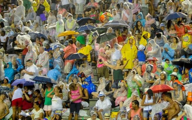 Nas arquibancadas do sambódromo, público aguardo o início dos desfiles na Marques de Sapucaí, no Rio de Janeiro, neste domingo (15)