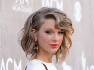 Taylor Swift adotou o long bob com pontas desfiadas