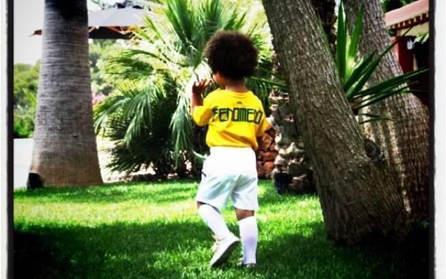 Maria Sophia vestida com a camiseta do Brasil