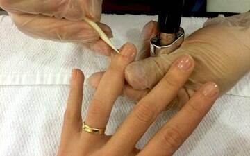 Hábitos que as manicures odeiam que você faça com as mãos