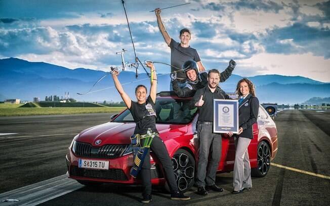 Atletas posam ao lado do Skoda Octavia RS após a conquista do novo recorde mundial