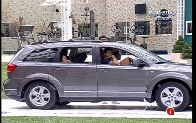 Enquanto alguns participantes sofrem dentro do carro, outros relaxam na academia