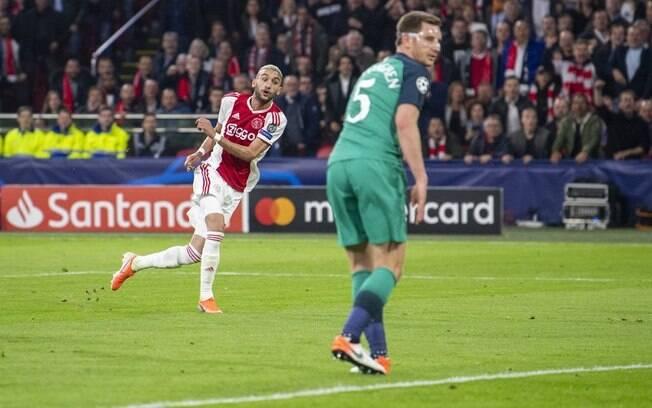 Ziyech marcou segundo gol pelo Ajax contra o Tottenham.