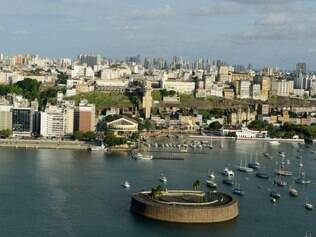 Cidade Baixa de Salvador vista a partir do Solar do Unhão, com o elevador Lacerda e o Mercado Modelo