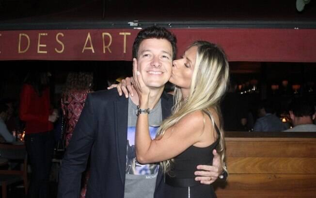 Adriane Galisteu cumprimenta amigo Rodrigo Faro