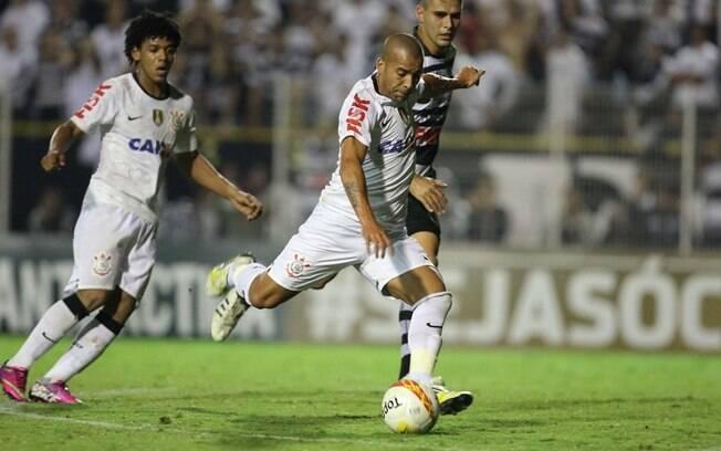 Emerson chuta para marcar o gol do  Corinthians contra o XV de Piracicaba